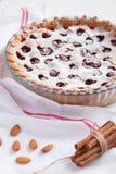 Empanada hecha en casa de la cereza en el fondo blanco Fotos de archivo