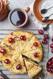 Empanada hecha en casa de la migaja de la cereza imagen de archivo libre de regalías