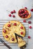 Empanada hecha en casa de la migaja de la cereza foto de archivo libre de regalías
