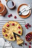 Empanada hecha en casa de la migaja de la cereza imagenes de archivo