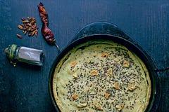 Empanada hecha en casa de la sal con las especias en una cacerola rústica del metal para la hornada, preparada Imagen de archivo