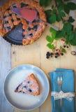 Empanada hecha en casa del enrejado de la zarzamora en la placa punteada Fotografía de archivo