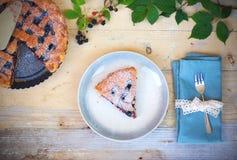 Empanada hecha en casa del enrejado de la zarzamora en la placa punteada Imágenes de archivo libres de regalías