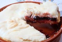 Empanada hecha en casa del merengue de la cereza Fotografía de archivo
