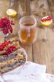 Empanada hecha en casa dulce con las bayas y las nueces para la hornada hecha en casa del desayuno Bayas de pasas rojas y del lim imagen de archivo libre de regalías