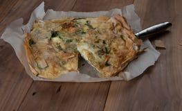 Empanada mediterránea tradicional, con espinaca y queso Imagen de archivo libre de regalías