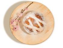Empanada napolitana de pascua asperjada con el azúcar de formación de hielo y adornada con el flor de la almendra Imágenes de archivo libres de regalías