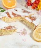 Empanada napolitana de pascua asperjada con el azúcar de formación de hielo y adornada con el flor de la almendra, la fresia y fr Imágenes de archivo libres de regalías