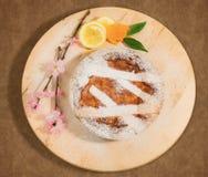 Empanada napolitana de pascua asperjada con el azúcar de formación de hielo y adornada con el flor de la almendra y las frutas fr Imagenes de archivo