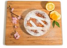 Empanada napolitana de pascua asperjada con el azúcar de formación de hielo y adornada con el flor de la almendra y las frutas fr Fotografía de archivo
