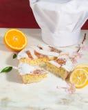 Empanada napolitana de pascua asperjada con el azúcar de formación de hielo y adornada con el flor de la almendra y las frutas fr Foto de archivo