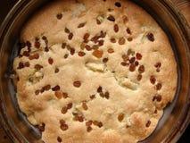 empanada Nuevo-cocida al horno con las pasas Fotos de archivo libres de regalías