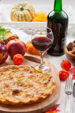 Empanada o tarta de Apple con el vino rojo Foto de archivo