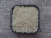 Empanada recién preparada de la cabaña en una superficie gris foto de archivo libre de regalías