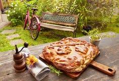Empanada rusa hecha en casa servida en el jardín Fotos de archivo libres de regalías