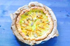 Empanada sabrosa con ricotta, parmesano y el calabacín Foto de archivo libre de regalías