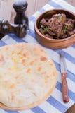 Empanada tradicional osetia con queso y patatas Imagenes de archivo