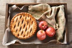 Empanada y manzanas de Apple en la caja de madera Imagen de archivo libre de regalías