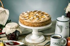 Empanada y postres de Apple en la tabla Fiesta del té en un estilo rústico Todavía del otoño vida dulce Foto de archivo libre de regalías