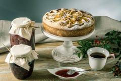 Empanada y postres de Apple en la tabla Fiesta del té en un estilo rústico Todavía del otoño vida dulce Imagen de archivo libre de regalías
