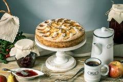 Empanada y postres de Apple en la tabla Fiesta del té en un estilo rústico Todavía del otoño vida dulce Fotografía de archivo