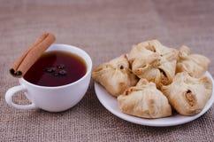 Empanada y té de Apple con anís y canela foto de archivo