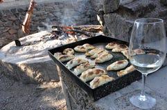 Empanadas argentinas和酒 库存图片