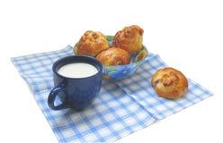 Empanadas con la taza de leche Foto de archivo