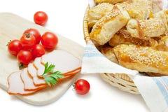 Empanadas de la pasta de hojaldre con los tomates del jamón y de cereza Imagen de archivo libre de regalías