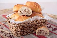 Empanadas de las gachas de avena machacadas de la cebada con las cebollas fotos de archivo libres de regalías