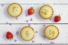 Empanadas de manzana hechas caseras frescas y fresas frescas en el b blanco Foto de archivo libre de regalías
