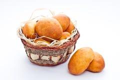Empanadas del pan en cesta Imágenes de archivo libres de regalías