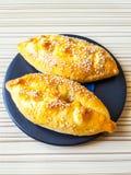 empanadas deliciosas con la pasta asperjada con las semillas de sésamo - pasteles tradicionales del pollo y de la patata Imágenes de archivo libres de regalías