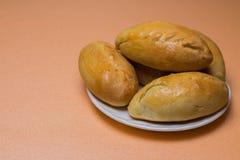 Empanadas frescas con la carne, la col o cualquier relleno Empanadas cocidas en el horno En una placa blanca foto de archivo libre de regalías