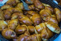 Empanadas frescas, deliciosas con diversos rellenos en la feria de la ciudad fotos de archivo libres de regalías
