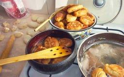 Empanadas fritas en la estufa Fotos de archivo libres de regalías