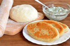 Empanadas fritas en una placa Ingredientes para hacer las empanadas hechas en casa Fotos de archivo