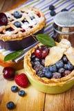 Empanadas hechas en casa adornadas de la baya de los pasteles del shortcrust foto de archivo libre de regalías