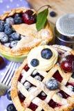 Empanadas hechas en casa adornadas de la baya de los pasteles del shortcrust imágenes de archivo libres de regalías
