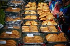 Empanadas hechas en casa cocidas frescas en la tabla Alimento justo Fotografía de archivo