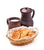 Empanadas hechas en casa con la cuajada y la leche Fotografía de archivo