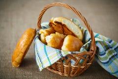 Empanadas hechas en casa en una cesta Imagen de archivo libre de regalías