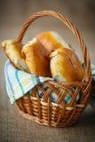 Empanadas hechas en casa en una cesta Fotos de archivo
