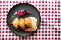 Empanadas oder CurryBlätterteig, empanadas thailändische Art, köstlicher Curryhauch auf Platte stockfoto