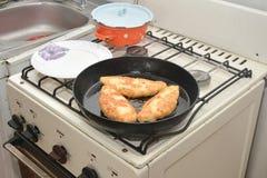 Empanadas que fríen en una cacerola Imagenes de archivo