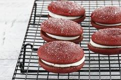 Empanadas rojas 2 de Whoopie del terciopelo Fotos de archivo