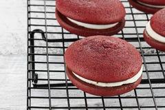 Empanadas rojas de Whoopie del terciopelo Imagenes de archivo
