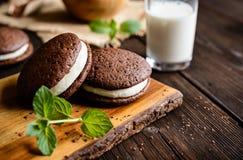 Empanadas tradicionales de Whoopie del chocolate llenadas de crema foto de archivo