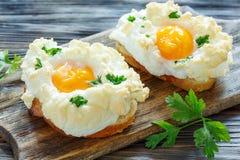 Empane con los huevos cocidos Orsini Imagenes de archivo