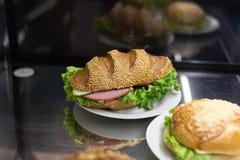 empane el bocadillo del bollo y del rollo en una panadería fotos de archivo libres de regalías